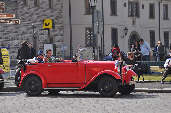 voiture rouge Prague