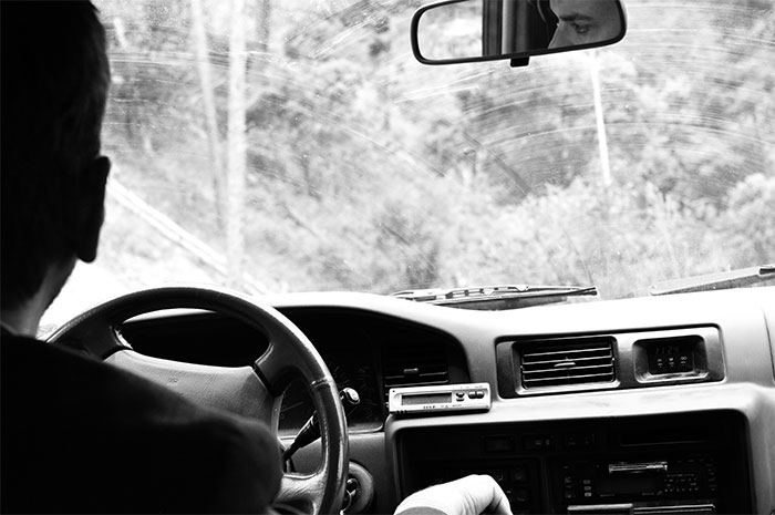 homme qui conduit
