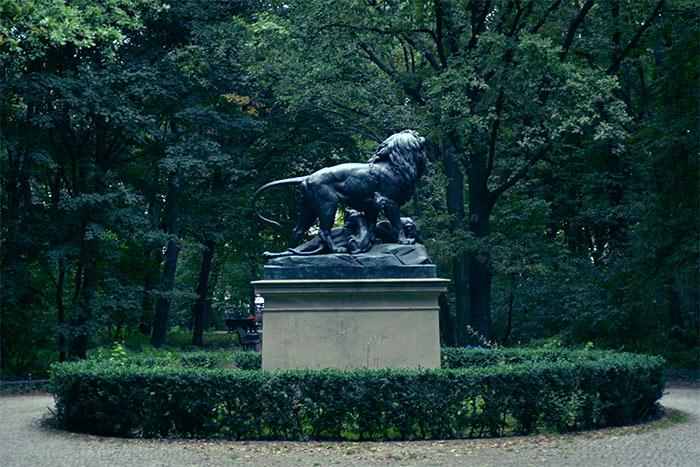lion statue tiergarten berlin