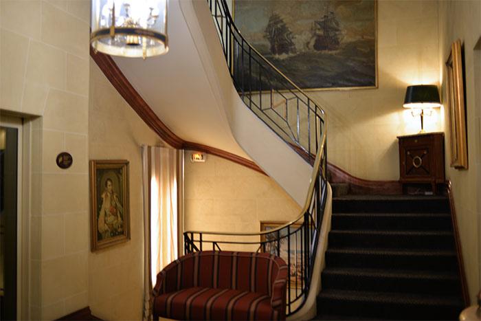 escalier hotel napoleon paris