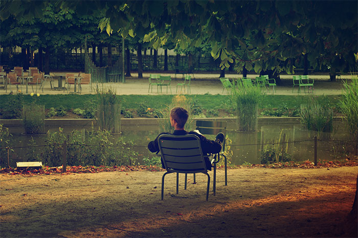 homme chaise jardin tuileries paris