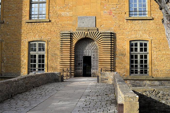 chateau bagnols porte entree