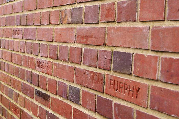 mur brique john manash memorial