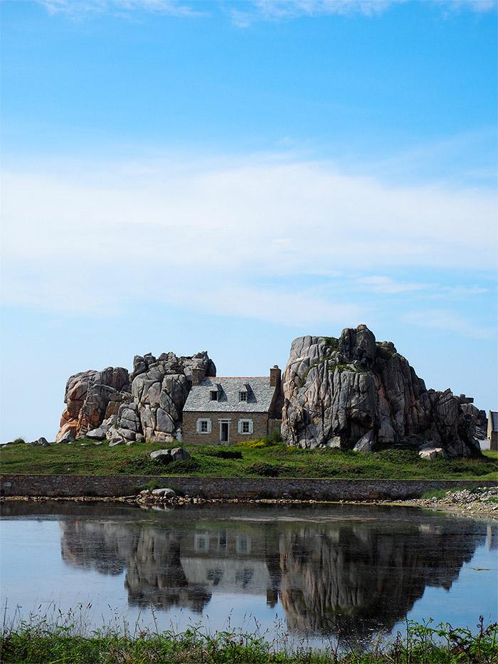 maison rochers plougrescant bretagne