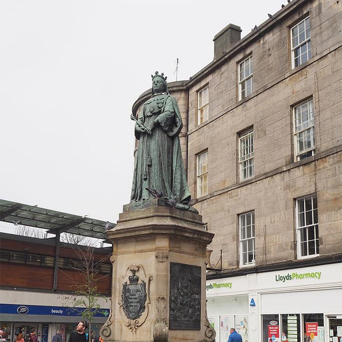 reine victoria statue leith edimbourg