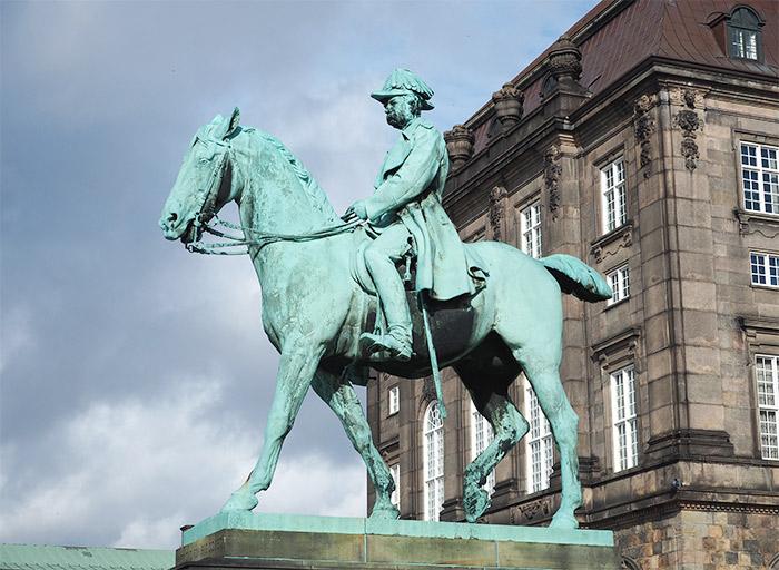 copenhague christianborg statue roi