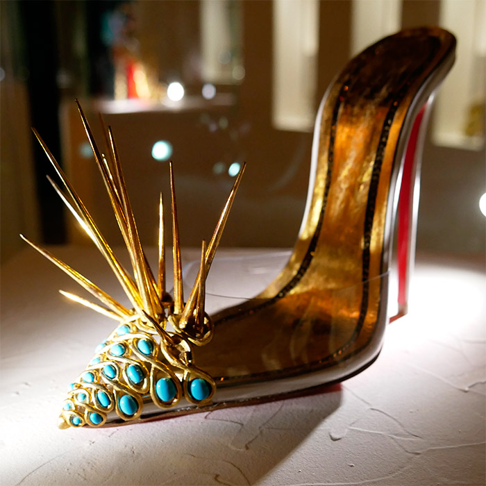 expo louboutin chaussure escarpin