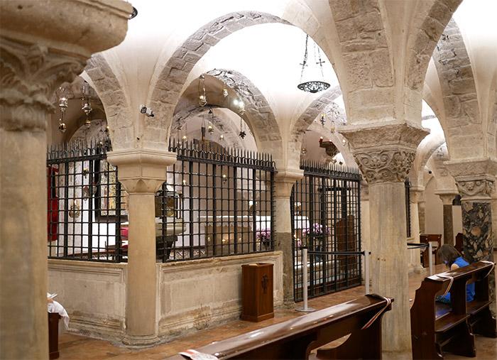 pouilles crypte église italie